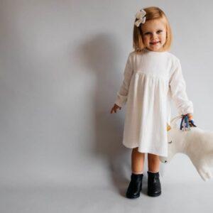 Dziewczęca biała bawełniana sukienka z długim rękawem