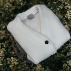 Miękki i puszysty sweter ze złotymi guzikami mini