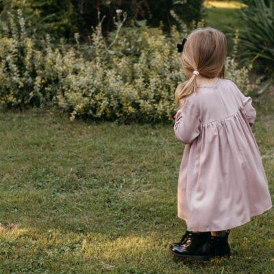 Różowa wiskozowa sukienka z falbanką Maja