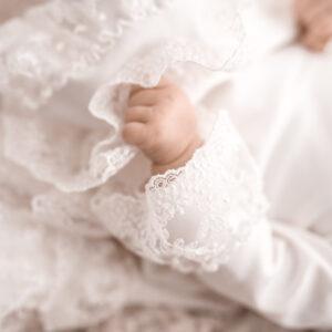 Dzianinowa sukienka do Chrztu z koronką Boho