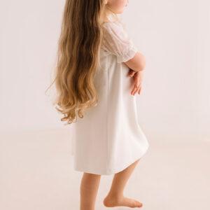 Dziewczęca sukienka z eleganckimi rękawami typu plumeti