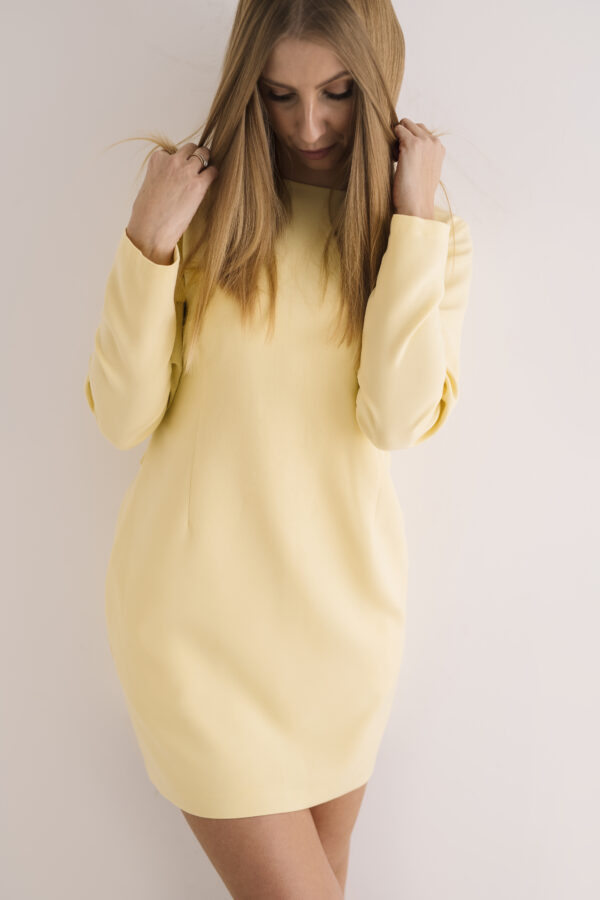 Klasyczna sukienka z efektownymi plecami