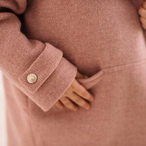 Dziewczęcy płaszcz w kolorze pudrowego różu