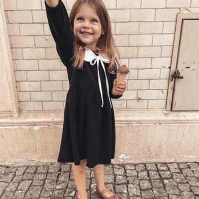 Dziewczęca czarna sukienka z kołnierzykiem